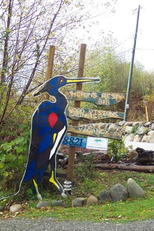 Heron's Rest Bed & Breakfast: Watch for the giant heron sign