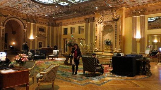 Millennium Biltmore Los Angeles: Elegant lobby