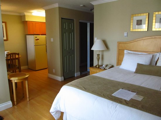 Sunset Inn and Suites: Bedroom Area
