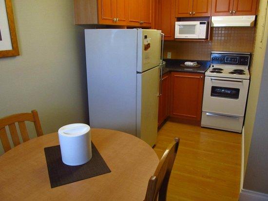 Sunset Inn and Suites: Kitchen Area
