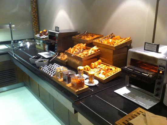 Hilton London Canary Wharf: Breads selection - breakfast