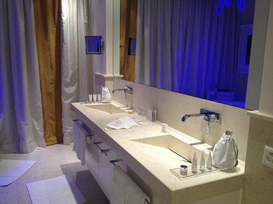 Grand Hotel Hof Ragaz: Bathroom in spa suite