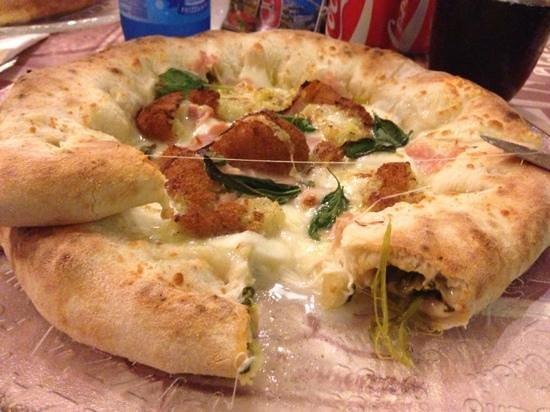 Mediglia, Италия: pizza mozzarella di buffalae crocchette e cornicione con mozzarella e friarielli