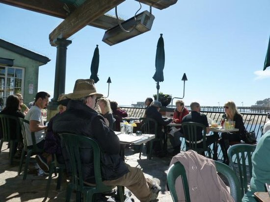 Paradise Beach Grille: People enjoying lunch and the sunshine