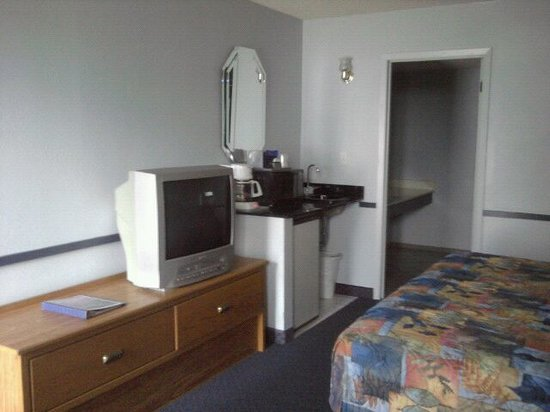 Quail's Nest Inn & Suites: 1 King with Jetted Tub-pic 2