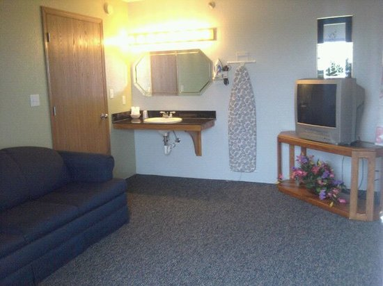 Quail's Nest Inn & Suites: 2 Room Suite with Jetted Tub-2nd Room