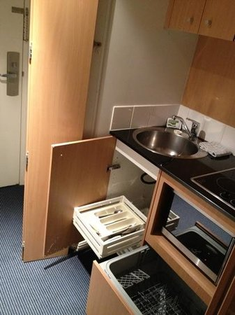 Waldorf Parramatta Apartment Hotel:                   convenient mini kitchen, all the mod cons