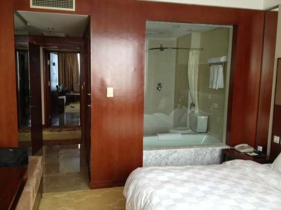 Jiangtian Hotel: Room/Bathroom
