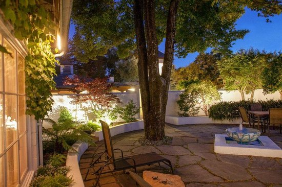 The Cottage Inn & Spa: Courtyard in the evening