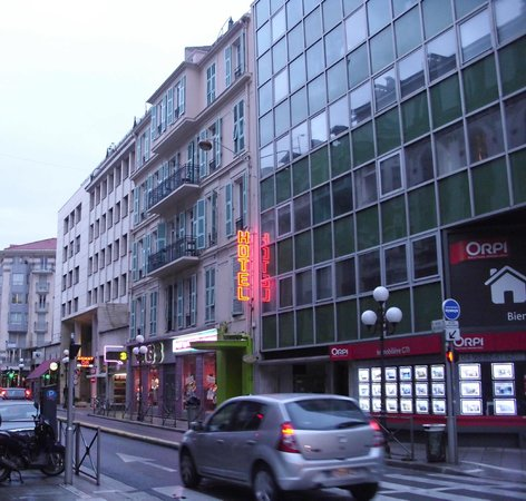 Hotel H33 :                   Strassenansicht des Hotels