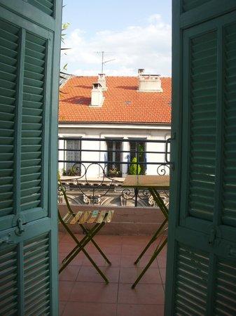 Hotel H33 :                   Blick vom Bett aus dem Fenster