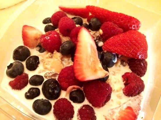 Cafe Gelato: lovely Bircher muesli with berries