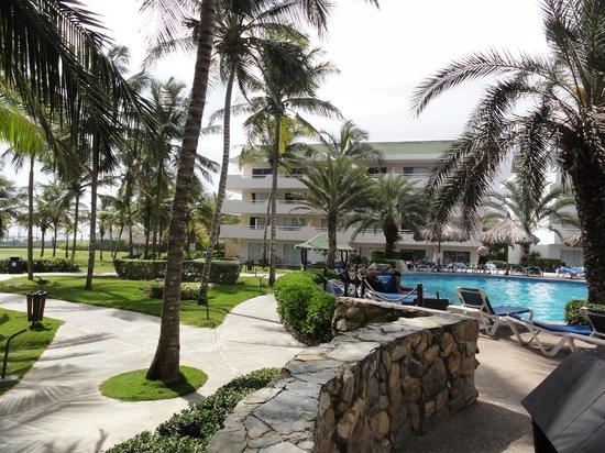 Isla Caribe Beach Hotel:                   Vista de pileta y mejor edificio de zona real