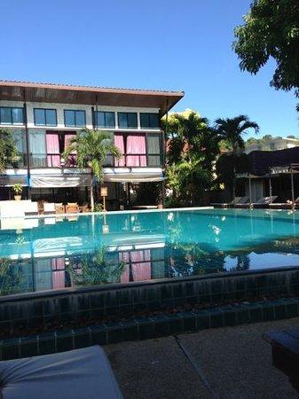 Phi Phi Villa Resort:                                     piscine au petit matin