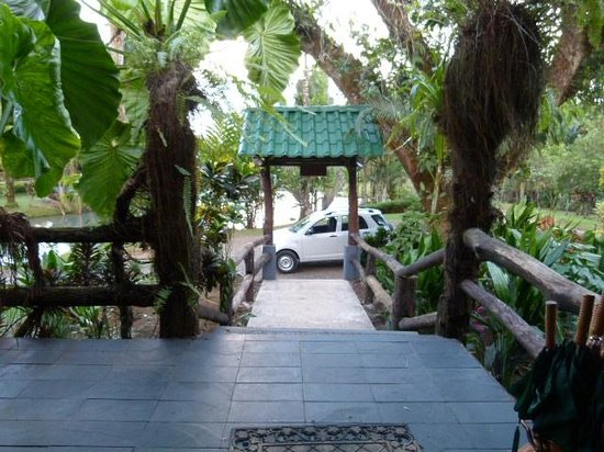 Chachagua Rainforest Eco Lodge: From the lobby to our car-checkin