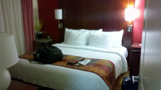 Residence Inn Florence: ANother view of bed, has a side table with no drawers.