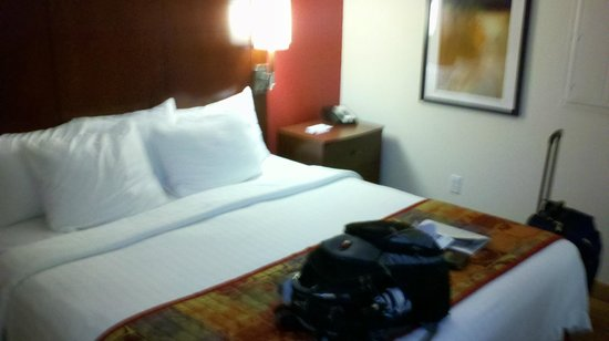 Residence Inn Florence: King size room with side table