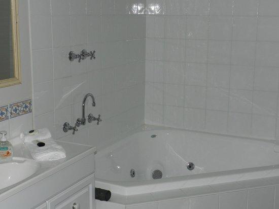 Stony Creek Cottages:                   Spa bath