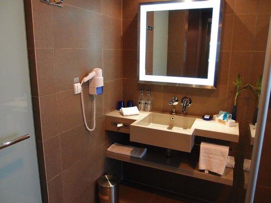 Novotel Bangkok Ploenchit Sukhumvit: Functional and clean bathroom