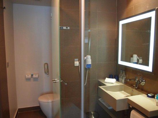 Novotel Bangkok Ploenchit Sukhumvit: Well lit bathroom with a separate toilet.