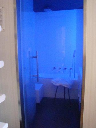 هوتل لوندرا: Love the blue lit sleek bathroom