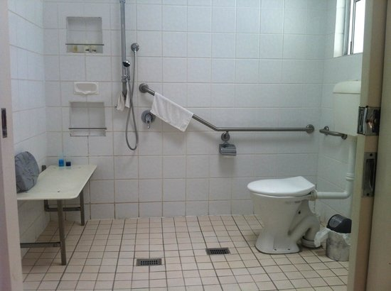 Airlie Beach Motor Lodge:                                     Wheelchair accessible bathroom