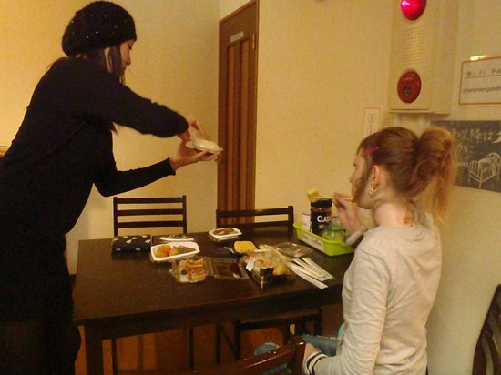 Kagoshima Green Guest House: Natsumi and Tanja setting up dinkitchenner in the common