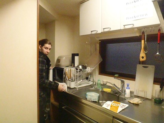 Kagoshima Green Guest House: Allana at the microwave in the common kitchen