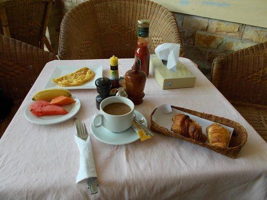 Avalon Hotel:                   エントランスで取ることのできる朝食