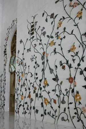 Sheikh Zayed Mosque: Marble tiles on the wall that give you a garden-feel