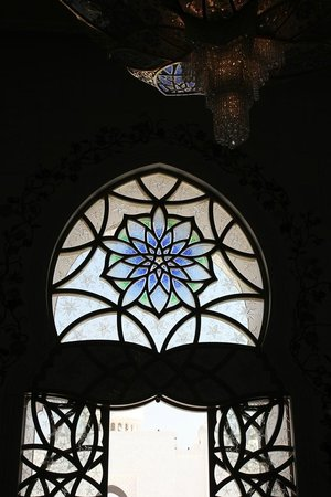 Mezquita Sheikh Zayed: Colored glasses on the entrance