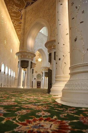 Sheikh Zayed Mosque: Carvings and marbles on the stilts