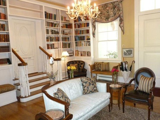 Inn at Depot Hill: Beautiful room to visit with other guests
