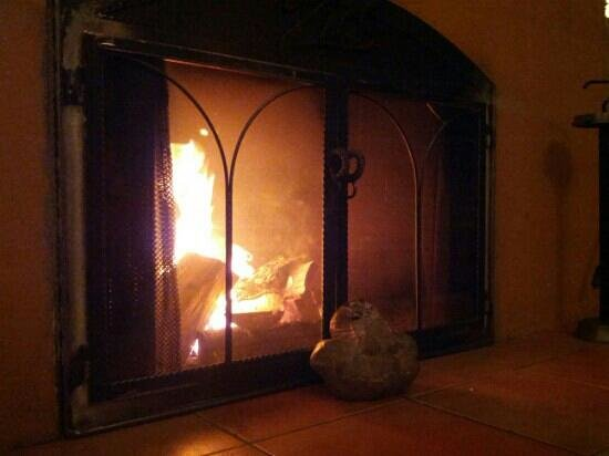 Zias Stonehouse Restaurant: real warm wood fireplace