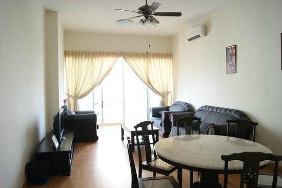 YYK 1Borneo Condominium: Living room