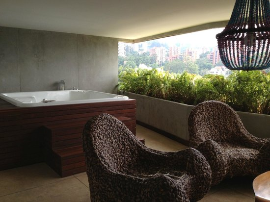 The Charlee Hotels: Balcony with jacuzzi