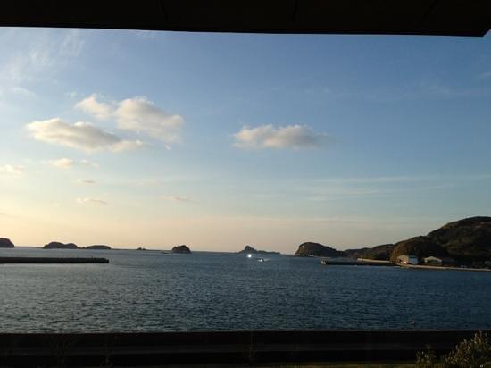 Kairi Murakami:                   海里村上のロビーから見た海