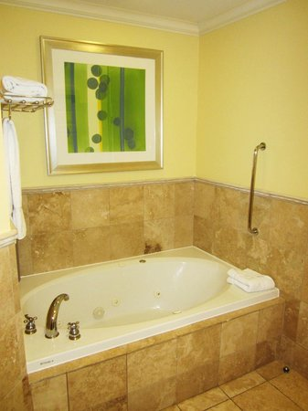 St. Kitts Marriott Resort & The Royal Beach Casino: Jacuzzi tub