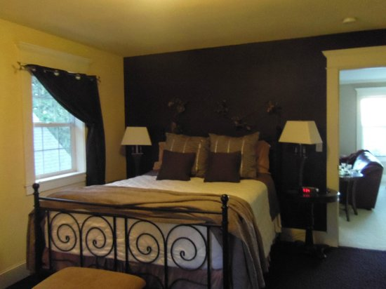Viewmont Manor:                   Beautiful room, comfortable bed, garden view.