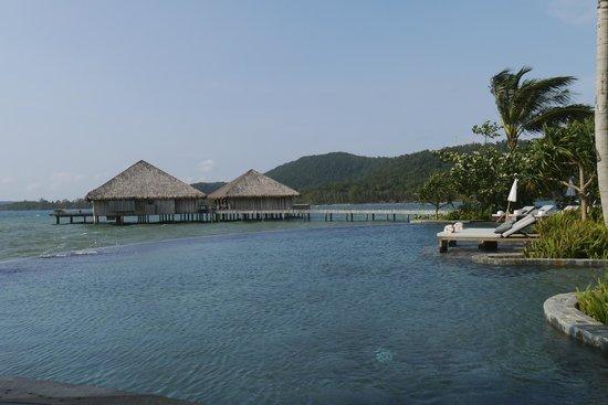 Île privée de Song Saa :                   A fantastic pool with  wonderful ocean views
