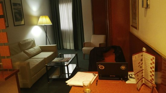 Acacia Suites: Apartment 602 lounge