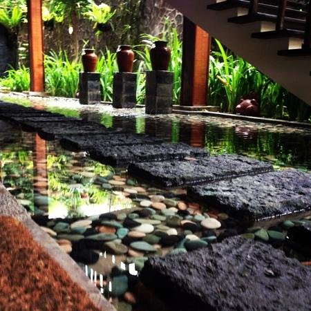 Junjungan Ubud Hotel and Spa:                   way to restaurant