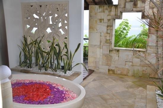 باتو كارانج ليمبونجان ريزورت آند داي سبا:                   Flower Bath...                 