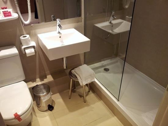 Hotel Medium Prisma:                   the bathroom