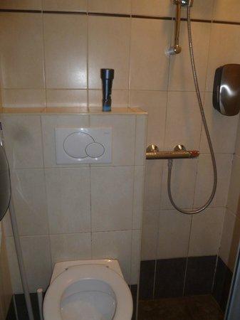 Hotel Max:                   Il wc/doccia