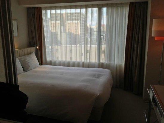 โรงแรมซิต้าดีนส์ เกียวโต คาราซูม่า โกโจ: Clean, comfortable bed. The room had plenty of natural light (my bad photo skills make it look d