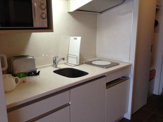 Citadines Karasuma-Gojo Kyoto: Kitchenette with bar fridge under hotplate. Good lighting.