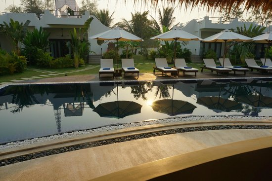 Navutu Dreams Resort & Wellness Retreat:                                     pool