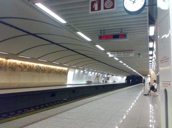 Hera Hotel: La stazione metro Acropolis di sera tardi in settembre