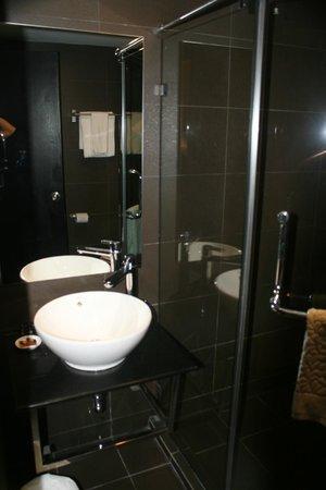โรงแรมบรูไน: Bathroom